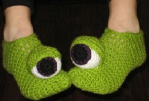 crazy-monster-eyes-slippers-free-crochet-pattern