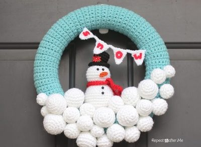 crocheted-snowball-wreath-with-snowman