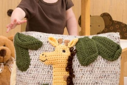 cute-giraffe-pillow-free-crochet-pattern
