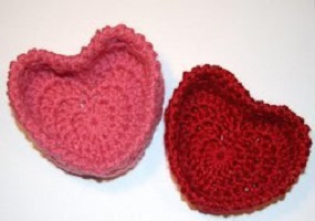 hugs-and-kisses-heart-baskets-free-crochet-pattern