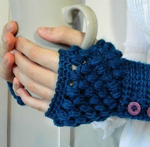 puff-stitch-fingerless-gloves-free-crochet-pattern